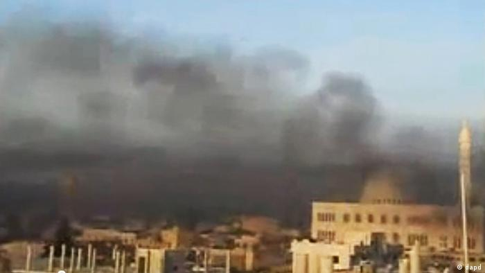 This image made from amateur video and released by Shaam News Network Wednesday, April 4, 2012, purports to show black smoke from shelling billowing into the sky air in Aleppo, Syria. Syrian troops launched a fierce assault on a Damascus suburb Thursday, days ahead of a deadline for a U.N.-brokered cease-fire, with activists describing it as one of the most violent attacks around the capital since the year-old uprising began. (Foto:Shaam News Network via APTN/AP/dapd) THE ASSOCIATED PRESS CANNOT INDEPENDENTLY VERIFY THE CONTENT, DATE, LOCATION OR AUTHENTICITY OF THIS MATERIAL. TV OUT