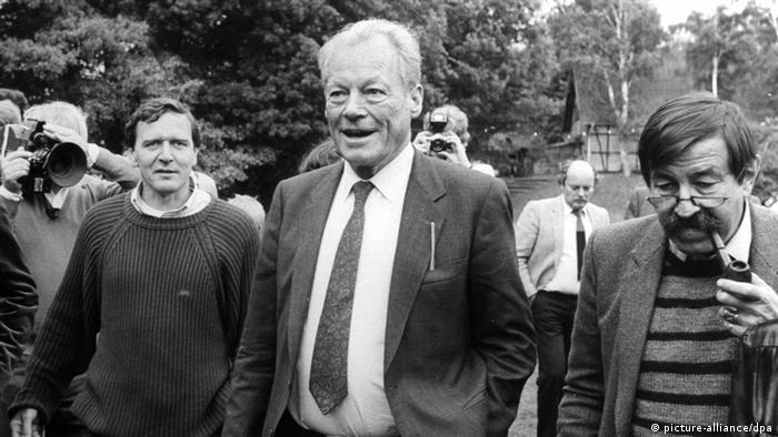 Вилли Брандт с одним из политических внуков - Герхардом Шредером и писателем Гюнтером Грассом, 1985 год