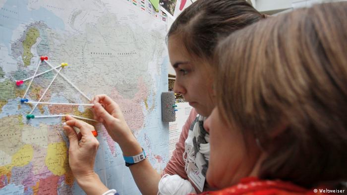 Jóvenes en busca de destino... en la Feria JUBI, organizada por Weltweiser y que reúne a organizaciones dedicadas al intercambio y educación en el extranjero.