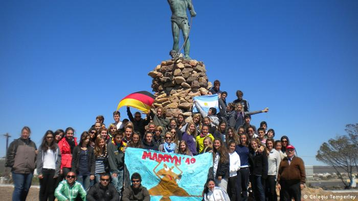 Alumnos alemanes de intercambio junto a sus pares del Colegio Temperley, en un paseo a la sureña localidad de Puerto Madryn, Argentina.