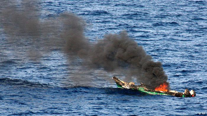 FILE - In this Saturday, April 10, 2010 file photo released by the U.S. Navy, showing a suspected pirates' skiff as it burns after being destroyed near the amphibious dock landing ship USS Ashland, at sea in the Gulf of Aden, about 330 nautical miles off the coast of Djibouti. Some private security firms are storing their guns aboard floating armories in international waters so that ships that want armed anti-piracy guards for East Africa's pirate-infested waters can cut costs and circumvent laws limiting the import and export of weapons, said industry expert Nick Davis of the Maritime Guard Group. (Foto:U.S. Navy, Chief Fire Controlman Harry J. Storms, File/AP/dapd).