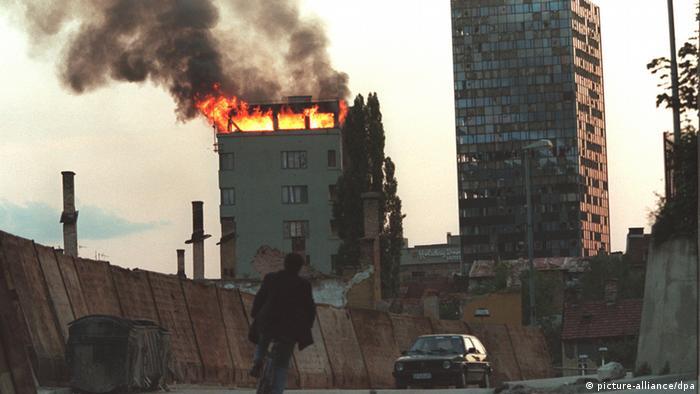 A burning highrise in Saravejo in June 1995 (Photo: epa/dpa +++(c) dpa)