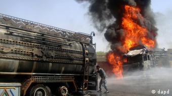 طالبان بر تانکر های مواد سوختی حمله می کنند و آنها را به آتش می کشند.