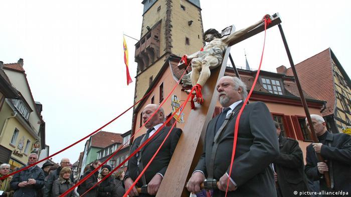 Karfreitagsprozession in Lohr am Main Foto: Karl-Josef Hildenbrand dpa/lby