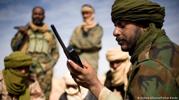 Ein Tuareg-Rebell mit seinem Satelliten-Telefon; Nordmali am 15.02.2012. Nach dem Sturz von Gaddafi in Libyen ist der Bürgerkrieg in Mali zwischen Tuareg-Rebellen und den Regierungstruppen eskaliert. Fast 130.000 Menschen befinden sich laut UN auf der Flucht. Rund die Hälfte flüchtete ins Ausland, die andere Hälfte sind Binnenflüchtlinge. Durch die bestehende Nahrungsmittelknappheit in der Sahelzone droht eine humanitäre Katastrophe.
