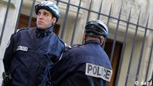 A Jewish school in Paris is watched by police officers, Monday, March 19, 2012 after the French Interior Minister ordered security to be tightened around all French Jewish schools following an attack on one in Toulouse, in southwest France. A father and his two sons were among four people who died Monday when a gunman opened fire there. (Foto:Jacques Brinon/AP/dapd)