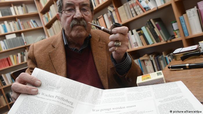 Literaturnobelpreisträger Günter Grass hält sein umstrittenes Israel-Gedicht hoch