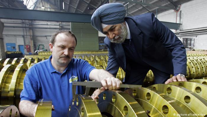 Немецкий рабочий и индийский инженер на одном из саксонских предприятий.