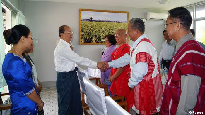 Myanmar's President Thein Sein (2nd L) shakes hands with peace group Karen National Union (KNU)'s Naw Si Pho Ra Sein (2nd R), KNU General Secretary Mutu Saipo (3rd R) and other members in Thein Sein's private farm house in Naypyitaw April 7, 2012. REUTERS/Stringer (MYANMAR - Tags: POLITICS)