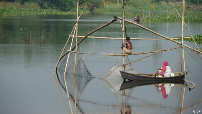 Future Now Projekt Arsen Bild 15 Szene am Fluss: kleines Boot vor Holzkonstruktion mit Fischernetzen Bangladesch, Noa Para 10.10.2010 Birgitta Schülke, DW