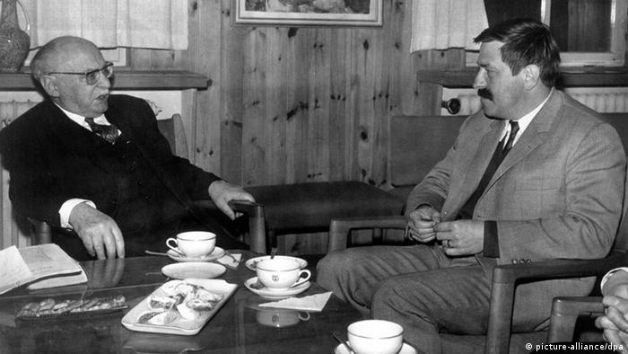 Der deutsche Schriftsteller Günter Grass (r) bei einem Treffen mit dem israelischen Ministerpräsidenten Levi Eschkol in den 60-er Jahren. +++(c) dpa - Report+++ nur s/w