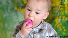 Baby mit Ostereiern