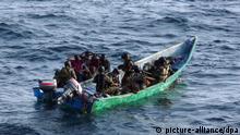 ARCHIV - Im Rahmen der EU-Mission «Atalanta» hat die französische Marine am 03.05.2009 vor der ostafrikanischen Küste elf mutmaßliche Piraten gefangen genommen (Foto des französischen Verteidigungsministeriums). Am Horn von Afrika blüht die Seeräuberei. Das zwingt die EU dazu, neue Wege zu gehen. So soll die EU-Mission «Atalanta» Piraten auch am Strand angreifen dürfen. Foto: Französisches Verteidigungsministerium dpa