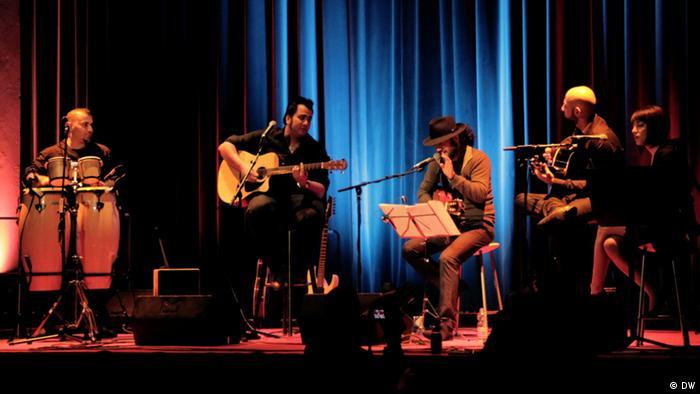 شاهین نجفی (وسط) به همراه گروه در یکی از اجراهای اخیر