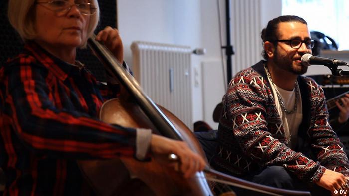 شاهین نجفی در یکی از تمرینات گروه برای اجرای برنامهی دوسلدورف