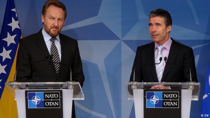 Arhivska fotografija: Bivši član Predsjedništva BiH Bakir Izetbegović (l) i generalni tajnik NATO-a Andres Fogh Rasmussen