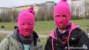 Две участницы берлинской акции солидарности с Pussy Riot в апреле 2012 года в малиновых балаклавах