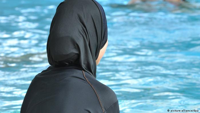 1dd3ad29034 France: Muslim women in Grenoble defy burkini ban | News | DW ...