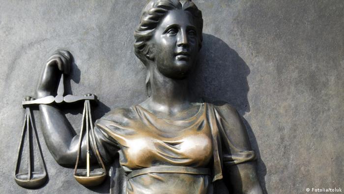 Justitia ohne Augenbinde