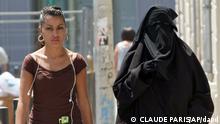 FILE - In this June 19, 2009 file photo, two women, one wearing the niqab, a veil worn by the most conservative Muslim that exposes only a woman's eyes, right, walk side by side, in the Belsunce district of downtown Marseille. 71 Prozent der Deutschen sind laut einer aktuellen Umfrage fuer ein Burka-Verbot. In Frankreich unterstuetzten sogar 82 Prozent der Befragten die Pläne der dortigen Regierung, die Verschleierung des Gesichts in der Oeffentlichkeit zu unterbinden, heisst es in einer am Donnerstag veroeffentlichten Studie des US-Meinungsforschungsinstituts Pew Research. In Grossbritannien und Spanien traeten jeweils rund 60 Prozent der Befragten fuer ein Verbot von Burkas und vergleichbaren Gewaendern ein, in den USA hingegen finde sich dafuer keine Mehrheit. (AP Photo/Claude Paris, file)