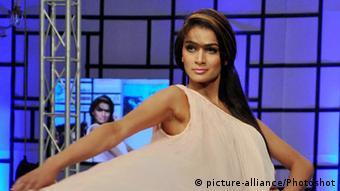 A model presents a creation by Pakistani designer Somaya during Fashion Pakistan Week (FPW) in southern Pakistani port city of Karachi on April 8, 2012(Photo: Masroor)