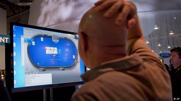 Онлайн-покер на экране монитора и игрок