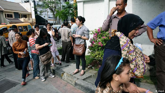 People wait as they are evacuated from a shopping mall after a strong earthquake was felt in Medan, Sumatra island, Indonesia, Wednesday, April 11, 2012. A massive earthquake off Indonesia's western coast triggered a tsunami watch for countries across the Indian Ocean on Wednesday, clogging streets with traffic as residents fled to high ground in cars and on the backs of motorcycles. (Foto:Binsar Bakkara/AP/dapd)