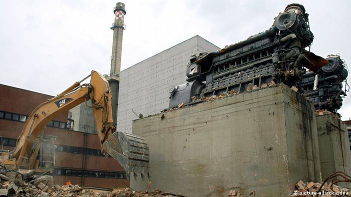 Ein Abbruchunternehmen legt auf dem Gelände des Atomkraftwerks Lubmin bei Greifswald die Dieselmotoren der Notstromversorgung der Atomblöcke drei und vier frei (Foto vom 23.06.2004). Die Notstromversorgung wird seit der Abschaltung des Kernkraftwerkes im Jahr 1990 nicht mehr benötigt. 1050 Arbeiter sind mit der Demontage des Kernkraftwerks beschäftigt. Der Bund stellt bis 2035 rund 3,2 Milliarden Euro für die weltweit umfangreichste Demontage und Entsorgung eines Atomkraftwerks zur Verfügung. Foto: Stefan Sauer dpa