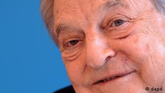 Berlin/ Investor George Soros laechelt am Mittwoch (11.04.12) in der Mercator Stiftung in Berlin bei der Vorstellung seines Buches Gedanken und Loesungsvorschlaege zum Finanzchaos in Europa und Amerika. Soros hat sich pessimistisch ueber den Euro geaeussert. Die Eurokrise ist nicht vorbei, davon sind wir weit entfernt, sagte er am Mittwoch in Berlin. (zu dapd-Text) Foto: Michael Gottschalk/dapd