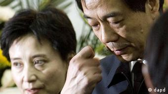 In this January 17, 2007 photo, former Chongqing Communist Party Secretary Bo Xilai, right, accompanied by his wife Gu Kailai, attends a funeral for his father in Beijing. Bo, who until recently seemed destined for the top ranks of China's leadership, was stripped of his most powerful posts on Tuesday April 10, 2012, and his wife named in the murder of a British businessman. (Foto:Kyodo News/China Foto Press/AP/dapd) JAPAN OUT, MANDATORY CREDIT, NO LICENSING IN CHINA, HONG KONG, JAPAN, SOUTH KOREA AND FRANCE, NO SALES