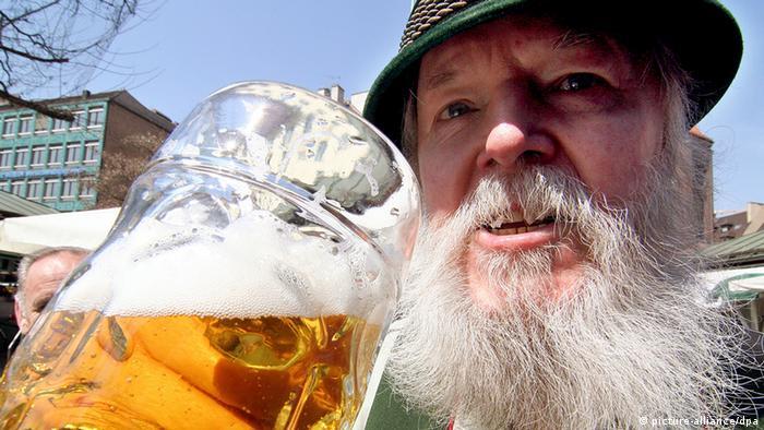 Bradat muškarac s kriglom piva