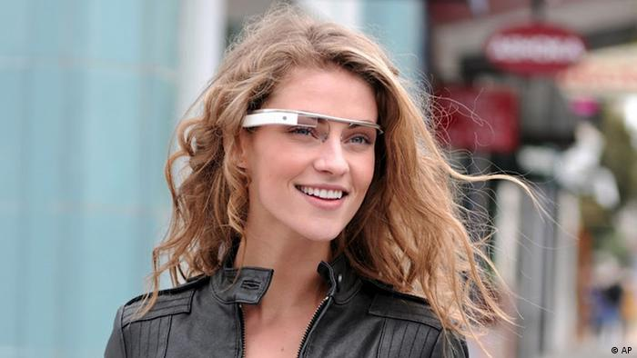 "In this undated handout photo provided by the Google[x] group's Project Glass, an early prototype of Google's futuristic Internet-connected glasses, are modeled. The specs are said to give you directions, let you video chat, shop and do everything else you now need a handheld gadget to accomplish. Google gave a glimpse of ""Project Glass"" in a video and blog post this week. (Foto:Google/AP/dapd)"