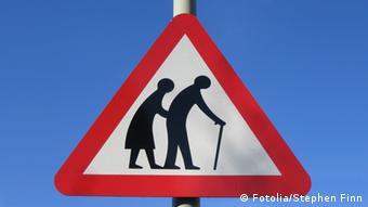 Дорожный знак, обозначающий пенсионеров
