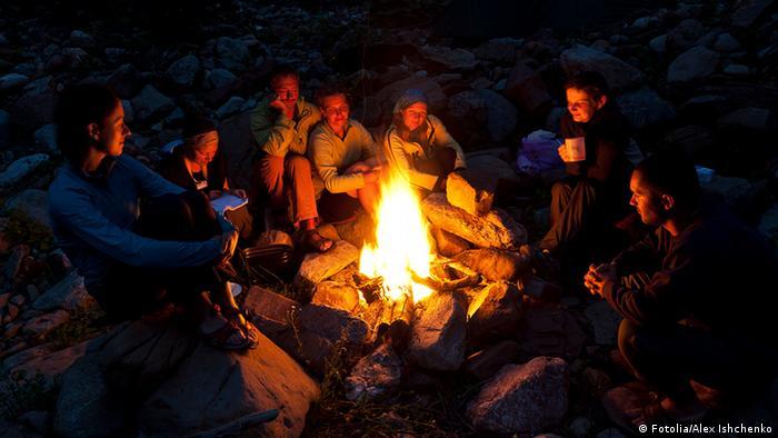 Rucksacktouristen am Lagerfeuer nach einem harten Arbeitstag