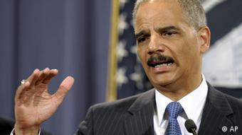 Attorney General Eric Holder gestures during a news conference at the Justice Department in Washington, Wednesday, April 11, 2012. (Foto:Cliff Owen/AP/dapd)
