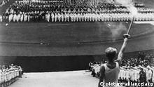 Eroeffnung der Olympiade 1936 Berlin, 1. August 1936. Eroeffnung der XI. Olympischen Spiele. - Die Entzuendung des olympischen Feuers im Berliner Stadion. - Filmfoto aus: Olympia 1.Teil, Fest der Voelker (Regie: Leni Riefenstahl).