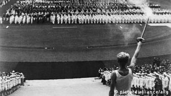 Τα εγκαίνια των Ολυμπιακών του 1936 (από την ταινία της Λένι Ρίφενσταλ: Γιορτή των λαών)