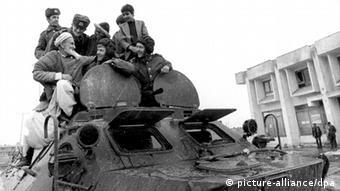 Verbrüderungsszene zwischen Afghanen und Sowjet-Soldaten auf einem sowjetischen Panzer (Foto: dpa)