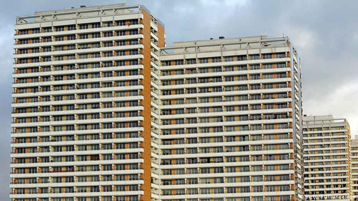 Three tall, Soviet-era buildings called plattenbau in a row Photo: Rainer Jensen +++(c) dpa - Report+++