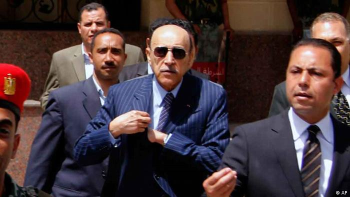 Former Egyptian Vice President Omar Suleiman is escorted by police and aides after he submitted his candidacy papers at the Higher Presidential Elections Commission, in Cairo, Egypt, Saturday, April 7, 2012. A former strongman of ousted President Hosni Mubarak's regime has announced his presidential candidacy, shaking up an already heated race that is emerging as a contest between two longtime rivals _ former regime officials and Islamists who have surged in influence. (Foto:AP/dapd)