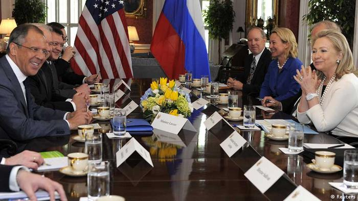 Am Randes des G8-Gipfels in Washington haben sich die Außenminister der USA und Russlands, Clinton und Lawrow (links) auch zu bilateralen Konsultationen getroffen. - US Secretary of State Hillary Clinton (R) and Russian Foreign Minister Sergei Lavrov (L) prepare to hold a bilateral meeting at Blair House in Washington DC, April 12, 2012. The officials are wrapping up two days of talks during the G-8 Foreign Ministers Meetings. REUTERS/Mike Theiler (UNITED STATES - Tags: POLITICS) eingestellt von: ml