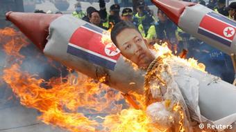 تظاهرات شهروندان سئول، پایتخت کرهی جنوبی، علیه برنامهی موشکی کرهی شمالی در روز ۱۳ آوریل ۲۰۱۲.