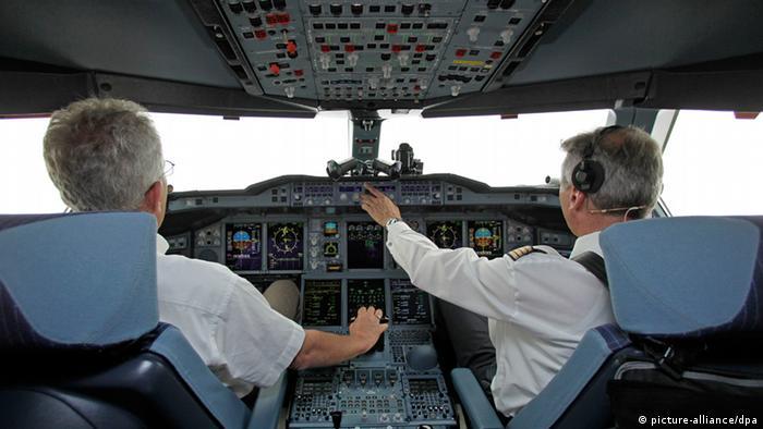 two pilots in cockpit Foto: Jan Woitas dpa +++(c) dpa - Bildfunk+++