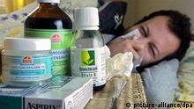 Mehr Schnupfenkranke im Norden als 2004 Ein Mann liegt am Donnerstag (03.03.2005) schneuzend hinter einem Berg vom Medikamenten in seinem Bett in Hamburg (Illustrationsbild zum Thema Erkältung) . Die Grippe (Influenza) hat sich in Hamburg und Schleswig-Holstein noch nicht flächenhaft ausgebreitet. Nach Einschätzung von Krankenkassen, Ärzten und Behörden handelt es sich bisher um einzelne Fälle. Dafür falle die Zahl der grippalen Infekte höher aus als in den Vorjahren. Foto: Patrick Lux dpa/lno (zu lno 0295 vom 03.03.2005) +++(c) dpa - Report+++