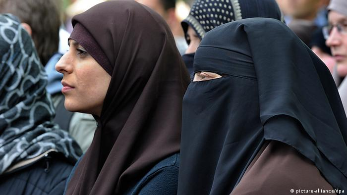 Deutschland Islamisten-Demo in Frankfurt Salafisten Verschleierte Frauen