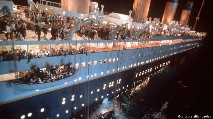 Scenă de film: Titanicul, scufundându-se