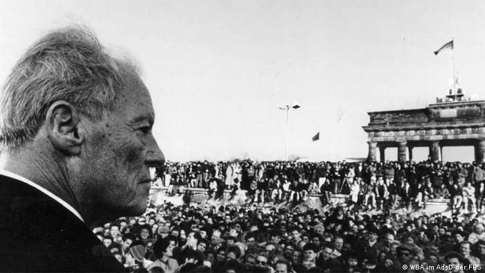 Willy Brandt vor dem Brandenburger Tor. (Foto: Willy-Brandt-Archiv der Friedrich-Ebert-Stiftung)