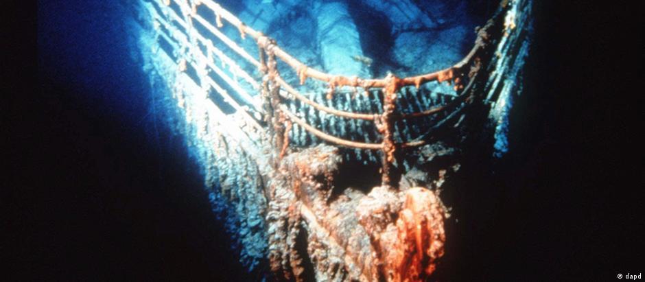 Em sua primeira viagem, o Titanic colidiu com um iceberg e naufragou na noite de 14 de abril de 1912