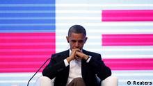 اوباما در حال گوش کردن سخنرانیهای رهبران برزیل و کلمبیا در اجلاس سازمان کشورهای آمریکایی