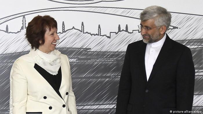 epa03182304 European Union Foreign Policy High representative Catherine Ashton (L) and Iran's chief negotiator Saeed Jalili (R) pose for a photo before their meeting in Istanbul, Turkey, 14 April 2012. Turkey host nuclear negotiations between the P5+1 countries, the five permanent members of the UN Security Council and Germany, with Iran. EPA/TOLGA ADANALI / ANADOLU AGENCY POOL +++(c) dpa - Bildfunk+++